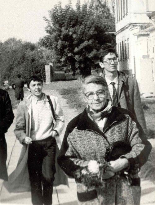 А.М.Ларина-Бухарина, Елена Иллеш и активист Политклуба Равиль Салихов в Елабуге