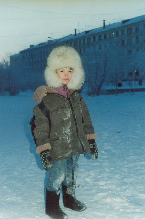 Юный билибинец по дороге из школы. Минус 50. Декабрь 1999 г. Фото Валерия Писигина