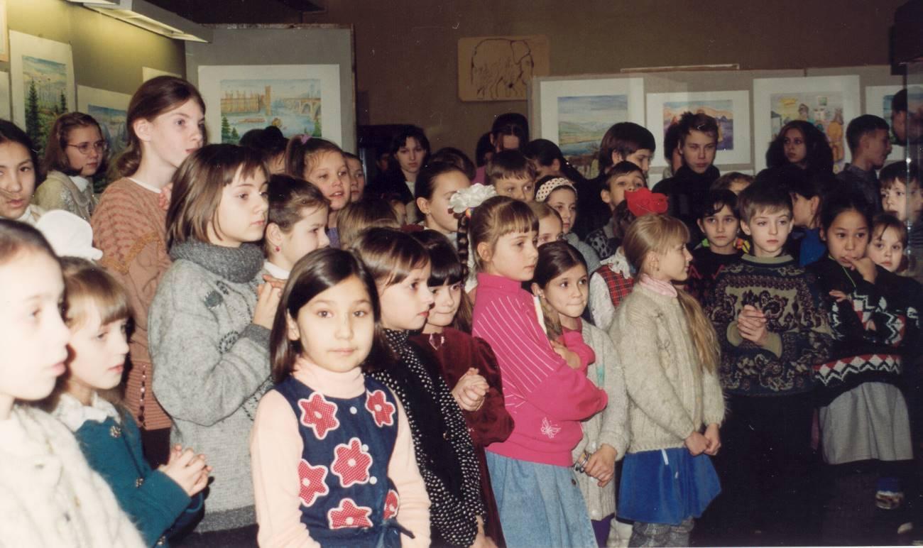 На открытии выставки детских рисунков. Билибино, декабрь 1999. Фото Валерия Писигина