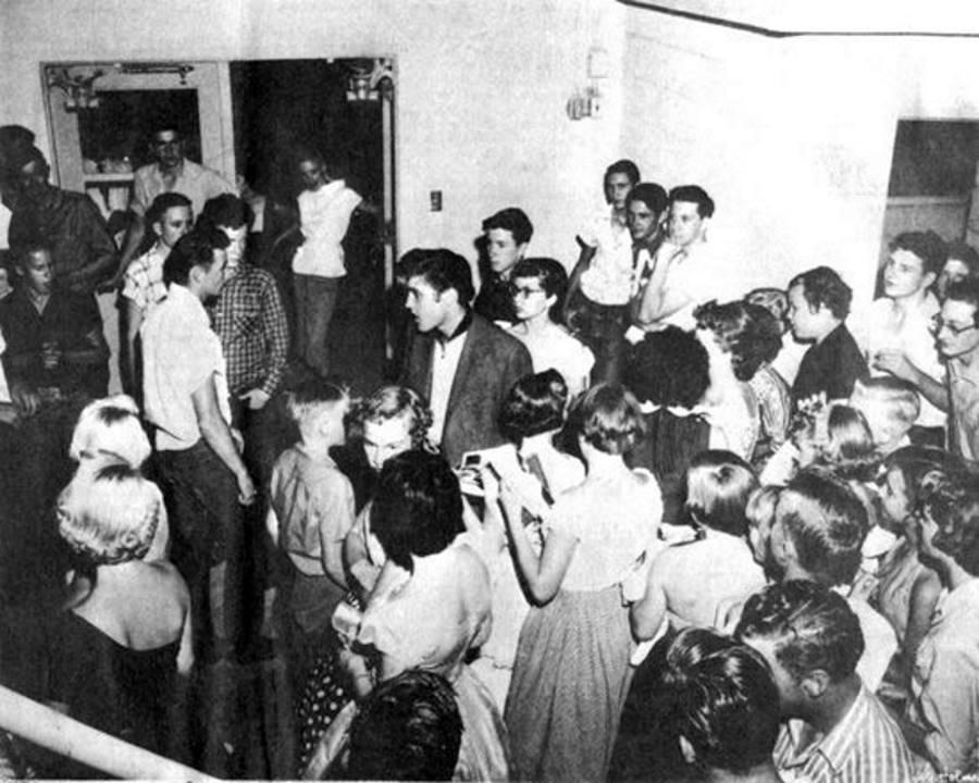 Elvis Presley at Fair Park Coliseum in Lubbock on June 3, 1955. Бадди Холли и Боб Монтгомери справа, у самого края фотографии. (Dragon Street Records)